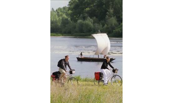 photo d'un couple faisant du vélo sur un chemin longeant la Loire